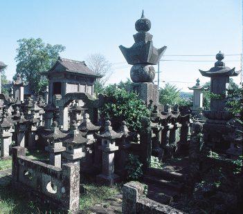 本経寺大村家墓碑群墓石78基・石燈篭481基