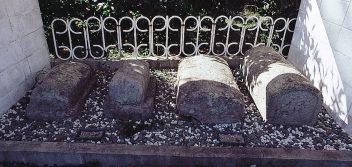 北有馬町西正寺のキリシタン墓碑(3基)