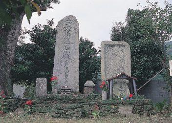 西彼町のキリシタン墓碑(2基)