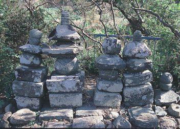 長与の寺屋敷跡五輪塔群