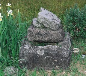 西有家町里坊のキリシタン墓碑